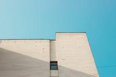 Fragmento blanco abstracto de la arquitectura con las paredes y el elemento de la decoración Imagen de archivo
