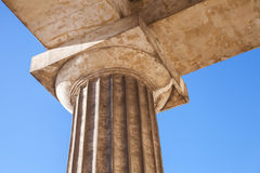 Fragmento clásico de la orden dórica con la columna Foto de archivo libre de regalías