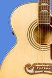 Fragmento clássico da guitarra acústica com seis cordas e rosetas do soundboard Foto de Stock Royalty Free