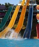 Fragmento con las colinas coloridas en el parque del agua Foto de archivo