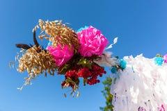 Fragmento creativo de adornado casandose el arco con las lámparas y las flores naturales al aire libre Imagenes de archivo