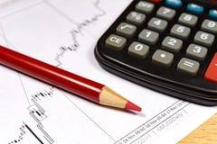 Fragmento da calculadora eletrônica com o lápis vermelho no fundo da programação do crescimento da moeda Foco no lápis Fotos de Stock Royalty Free