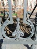 Fragmento da cerca velha do metal imagem de stock