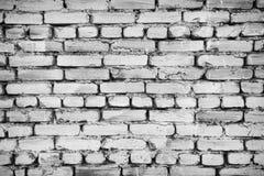 Fragmento da cerca velha do tijolo whitewashed pelo cal, pelo fundo de superfície e natural do relevo, efeito preto e branco Fotos de Stock