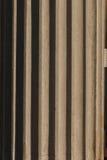 Fragmento da coluna com flautas O sol brilhante revela detalhes fotos de stock