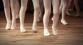 Fragmento da escola do bailado com pés das meninas Imagens de Stock Royalty Free