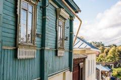 Fragmento da fachada de uma casa de madeira velha na cidade de Borovsk, Rússia foto de stock