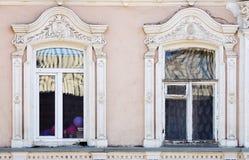 Fragmento da fachada de uma construção antiga com janelas Fotos de Stock Royalty Free