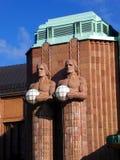 Fragmento da fachada da estação de trem principal de Helsínquia com esculturas imagem de stock