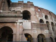 Fragmento da fachada Flavian Amphitheatre de Colosseum em Roma, Lazio, Itália imagens de stock