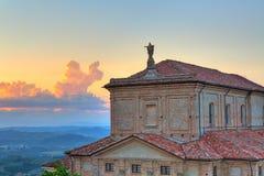 Fragmento da igreja no por do sol em Piedmont, Itália. fotografia de stock