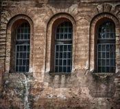 Fragmento da parede com as aberturas da janela, retros Imagens de Stock Royalty Free