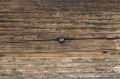 Fragmento da parede da casa de madeira velha fotos de stock
