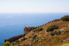 Fragmento da parede da fortaleza antiga em Alanya contra t fotografia de stock