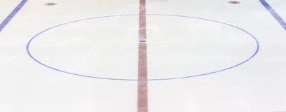 Fragmento da pista do hóquei em gelo com um círculo central Conceito, hóquei fotografia de stock royalty free