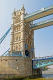 Fragmento da ponte da torre sobre o rio Tamisa em Londres foto de stock royalty free