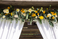 Fragmento da ponte decorada do casamento fotos de stock