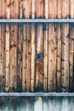 Fragmento da porta de madeira fechado com dobradiças oxidadas Fotos de Stock Royalty Free