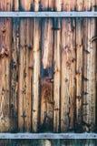 Fragmento da porta de madeira fechado com dobradiças oxidadas Imagem de Stock Royalty Free