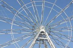 Fragmento da roda de ferris contra o céu Fotografia de Stock