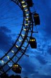 Fragmento da roda de ferris gigante sob o céu dramático fotografia de stock