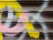 Fragmento da textura velha da parede com grafittis da pintura da casca Imagens de Stock