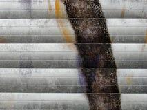 Fragmento da textura velha da parede com grafittis da pintura da casca Imagem de Stock