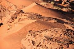 Fragmento das dunas de areia pequenas feitas do vento Imagens de Stock