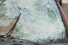 Fragmento de cristal roto coche del vandalismo del detalle del accidente del parabrisas de la ventana delantera abandonado Imagenes de archivo