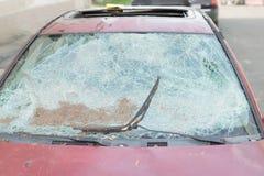 Fragmento de cristal roto coche del vandalismo del detalle del accidente del parabrisas de la ventana delantera abandonado Foto de archivo libre de regalías