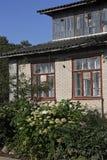 Fragmento de la casa de campo en jardín verde Fotos de archivo libres de regalías