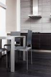 Fragmento de la cocina moderna del estilo del minimalism imagen de archivo libre de regalías