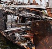 Fragmento de la descomposición, de la nave abandonada en la orilla, de un símbolo de la decadencia y de la degradación imagen de archivo libre de regalías