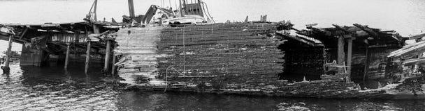 Fragmento de la descomposición, de la nave abandonada en la orilla, de un símbolo de la decadencia y de la degradación, una image fotografía de archivo libre de regalías