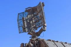 Fragmento de la estación de radar de la defensa aérea contra el cielo azul Fotos de archivo libres de regalías