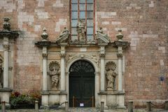 Fragmento de la fachada con la entrada de la iglesia de San Pedro medieval de la catedral fotografía de archivo