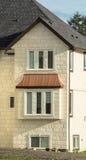 Fragmento de la fachada de la nueva casa residencial grande Foto de archivo libre de regalías