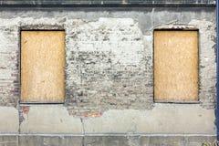Fragmento de la fachada de un edificio devastado viejo imágenes de archivo libres de regalías