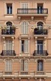 Fragmento de la fachada del edificio de Monte Carlo Imagen de archivo libre de regalías