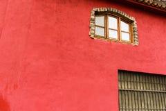 Fragmento de la fachada de una casa española roja hermosa fotos de archivo libres de regalías
