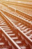 Fragmento de la foto de las pistas de ferrocarril en el weathe lluvioso foto de archivo libre de regalías