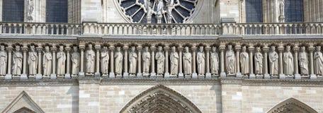 Fragmento de la galería de los reyes del viejo testamento en la fachada de Notre Dame Cathedral fotos de archivo