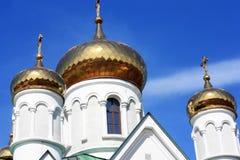 Fragmento de la iglesia ortodoxa con las bóvedas Foto de archivo libre de regalías