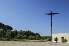Fragmento de la iglesia y de la instalación modernas del arte en Fátima Fotos de archivo libres de regalías