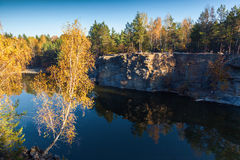 Fragmento de la orilla del lago con la piedra en bosque del otoño Fotos de archivo libres de regalías