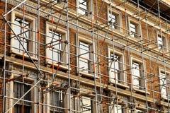 Fragmento de la pared de la casa de Scaffolded Imagen de archivo libre de regalías