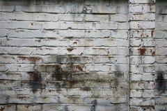Fragmento de la pared de ladrillo vieja blanqueada, fondo Fotos de archivo