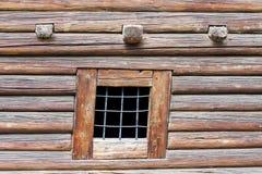 Fragmento de la pared de madera hecho de registros. imagenes de archivo