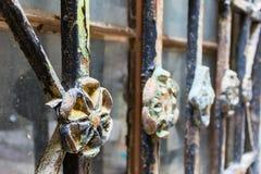 Fragmento de la parrilla de ventana ornamental del hierro labrado en Kotor, Montenegro Foto de archivo libre de regalías