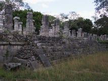 Fragmento de la plataforma pedregosa del templo de guerreros en la ciudad de Chichen Itza en México en febrero imagen de archivo